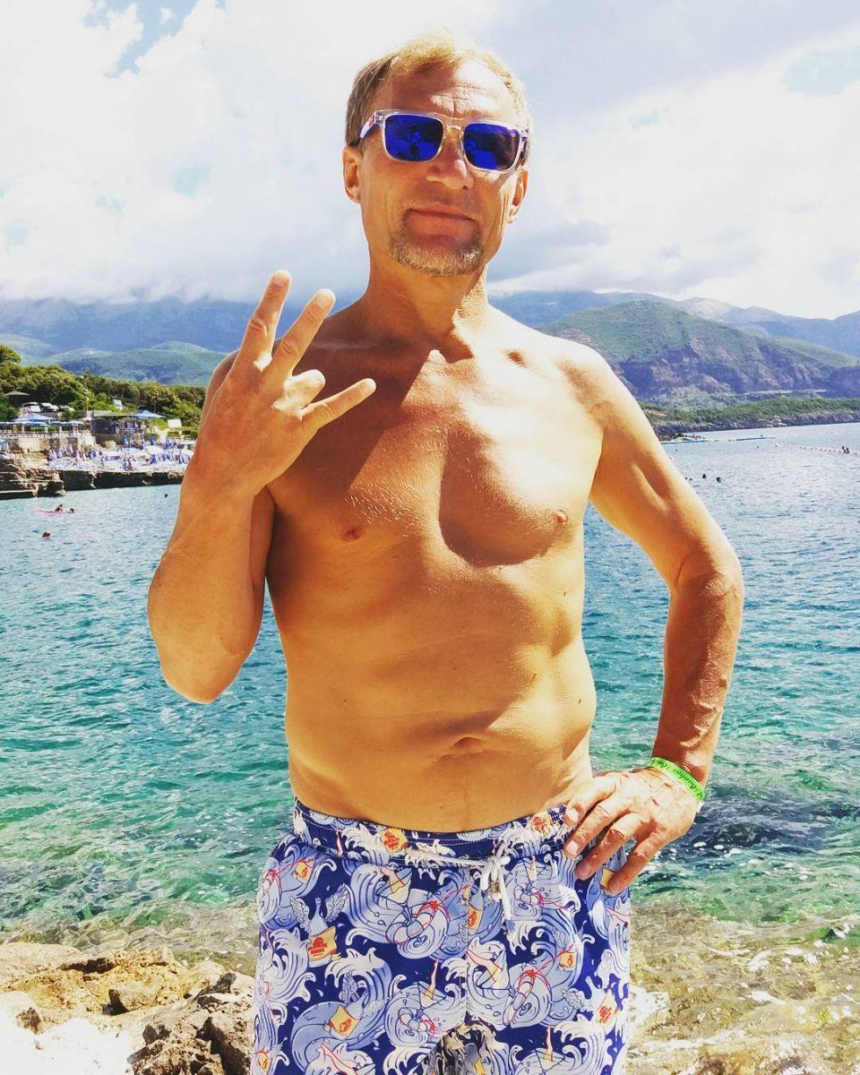 Какой торс! 53-летний Олег Скрипка восхитил пляжным фото