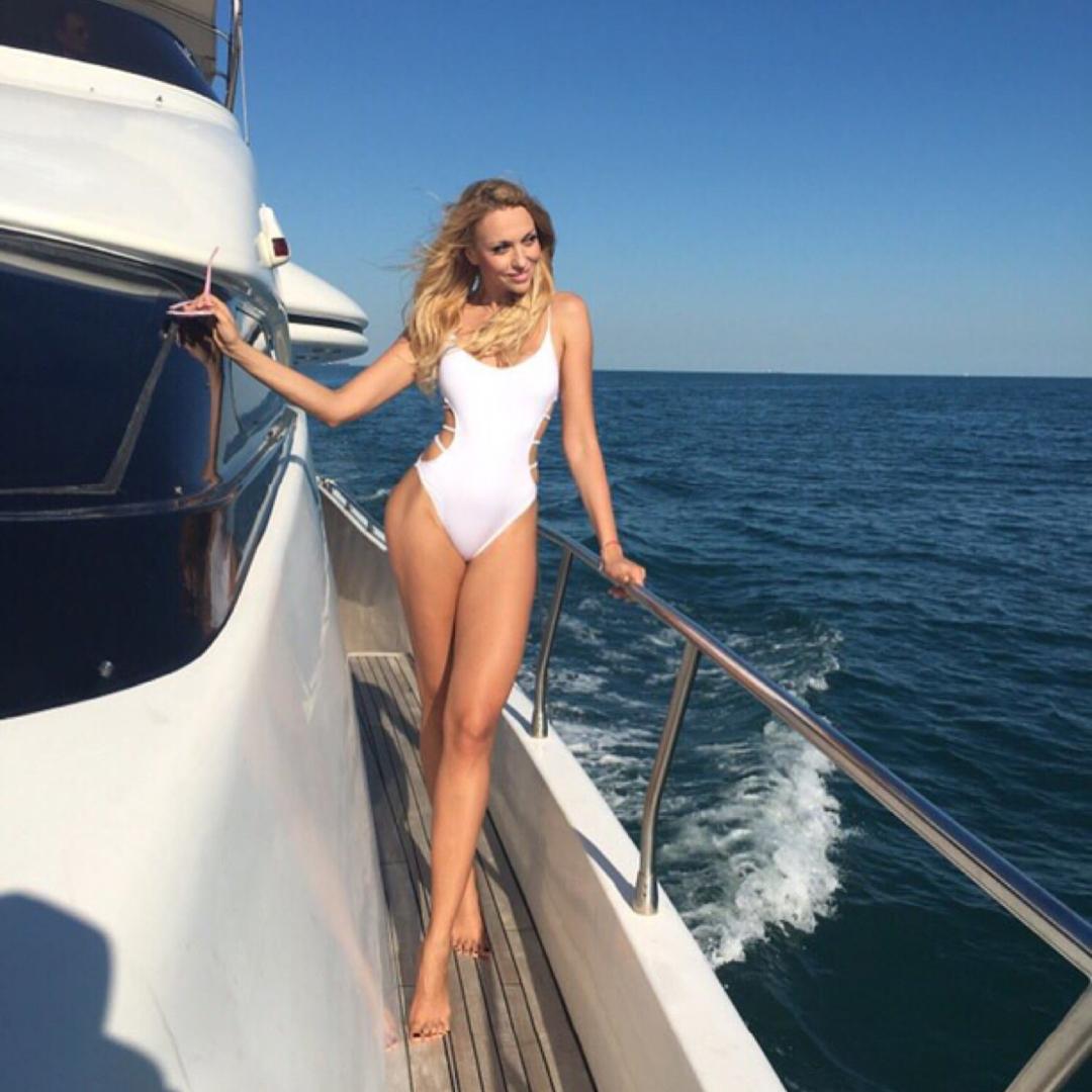 Вот это ноги! Оля Полякова показала свою стройную маму в купальнике