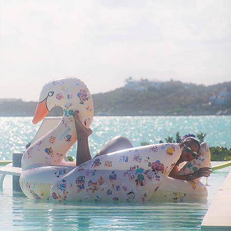 Фотосессия у бассейна: Рианна демонстрирует сексуальную фигуру в откровенном бикини