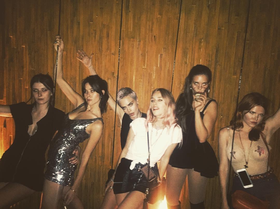 Все красотки в сборе: Кара Делевинь собрала всех своих подруг на вечеринку в Мексике