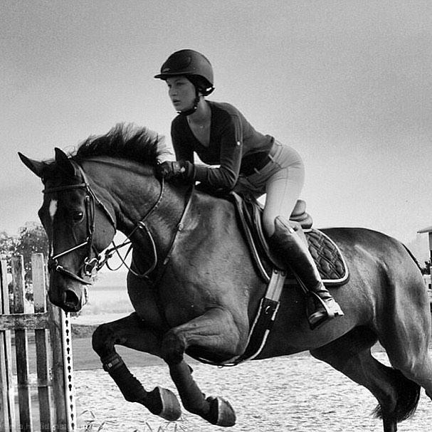 Красавица-наездница: Белла Хадид катается верхом на лошади