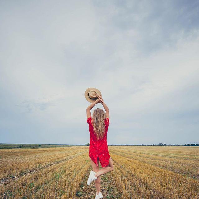 Ukrainian style: Алена Шоптенко восхитила стильной красной вышиванкой