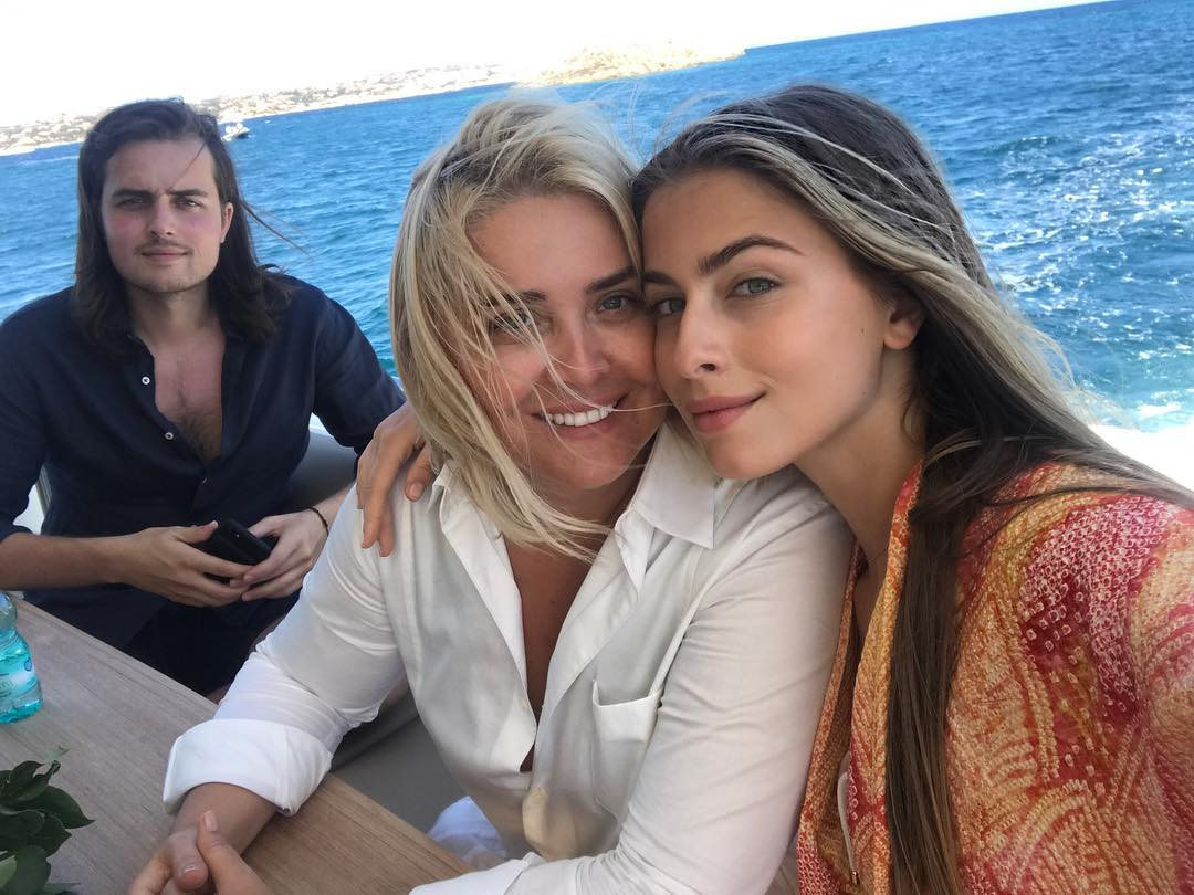 Стильное семейство: София Ротару, ее внучка и невестка отдыхают в модных вышиванках