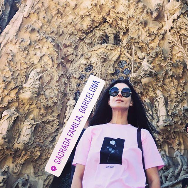 Маша Ефросинина похвасталась стильной вышиванкой на отдыхе в Барселоне