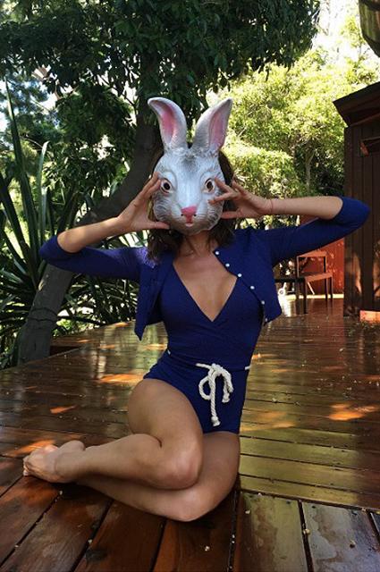 Ярко и соблазнительно: Виктория Бекхэм позирует в сексуальном боди и маске кролика