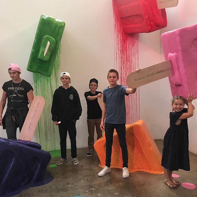 Все захотели сладкого: Виктория и Дэвид Бекхэм с детьми посетили Музей мороженого