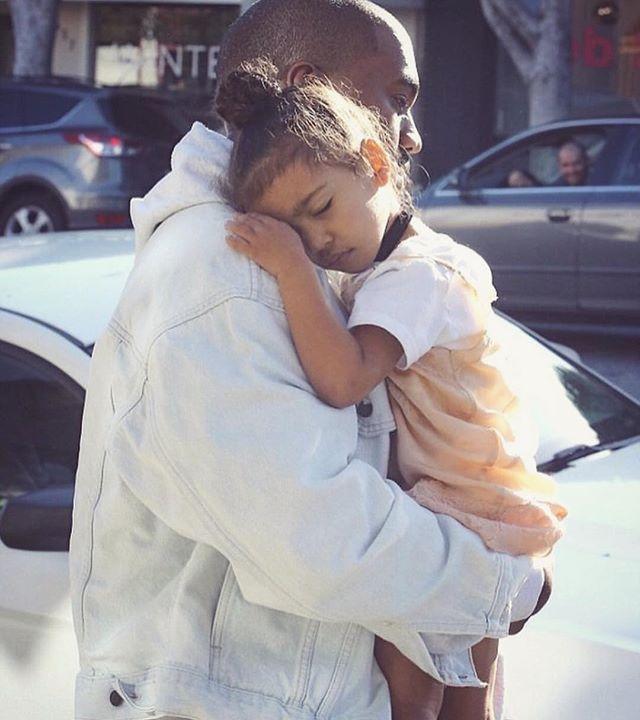 Ким Кардашьян растрогала поклонников нежным снимком с сыном и дочерью