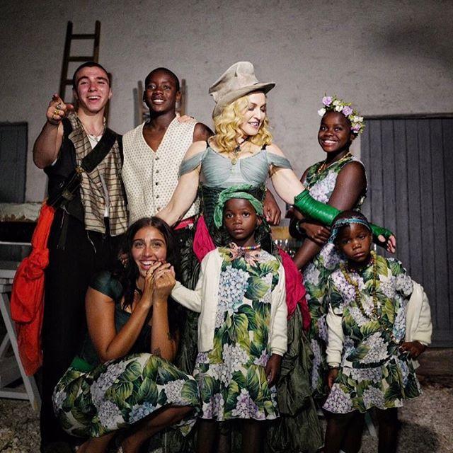 Все вместе: Мадонна впервые опубликовала фото с шестью детьми