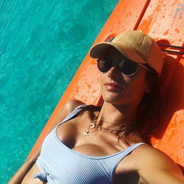 Секси-мама: Алессандра Амбросио отдыхает с мужем и детьми на Бора-Бора
