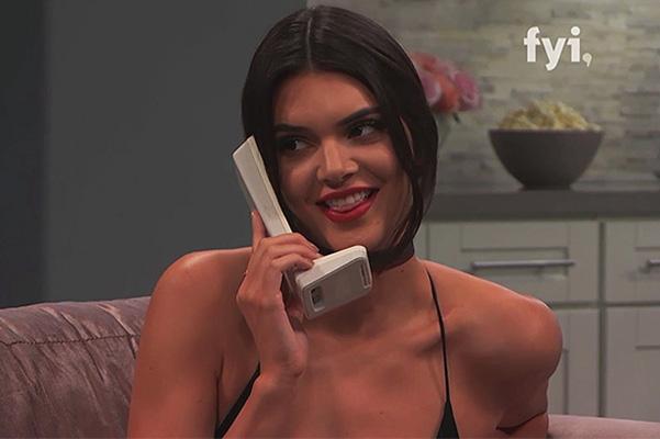 """""""Я беременна"""": Кендалл Дженнер разыграла Ким Кардашьян в эфире телешоу"""