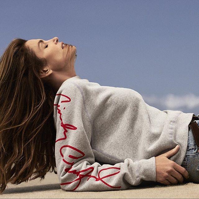 Скромность не для нее: Синди Кроуфорд опубликовала в сети фото топлес
