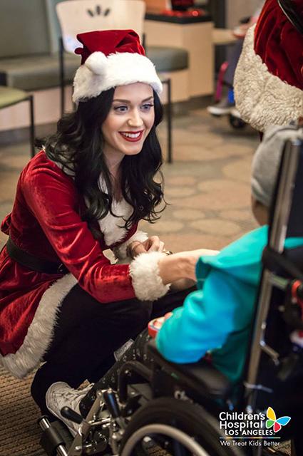 Сюрприз: Кэти Перри и Орландо Блум в новогодних костюмах посетили детскую больницу в Лос-Анджелесе