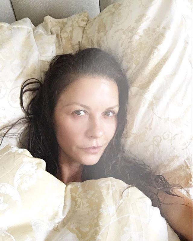 47-летняя Кэтрин Зета-Джонс опубликовала сразу несколько фото без макияжа