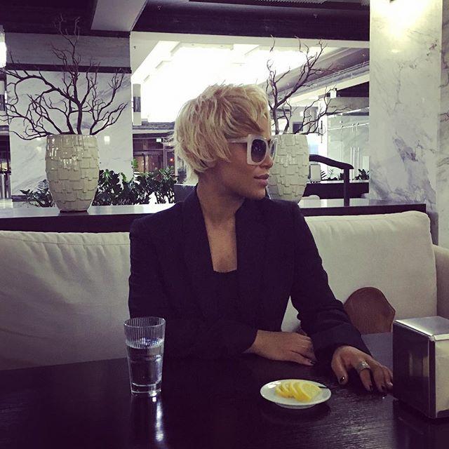 В стиле fashion: Гайтана обрезала волосы и перекрасилась в блондинку