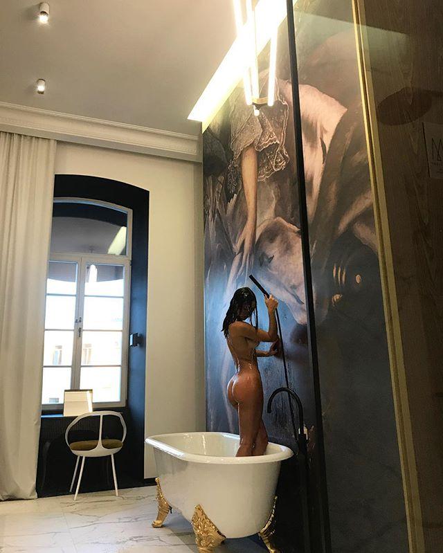 Страсти в душе: Вика из Неангелов позирует совершенно голой в ванной