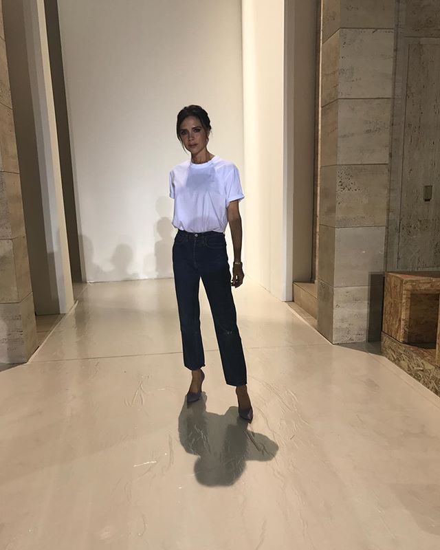 По-простому: Виктория Бекхэм вышла на подиум собственного шоу в футболке и джинсах