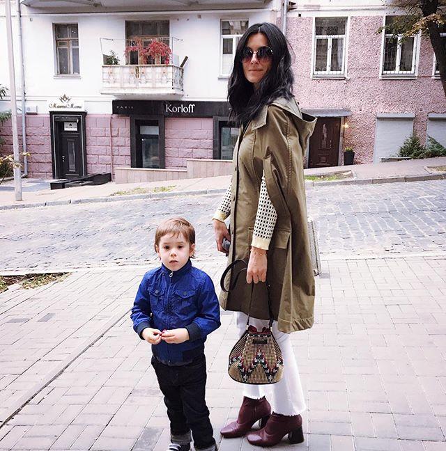 Стильная осень: Маша Ефросинина гуляет с сыном по Киеву в модных нарядах