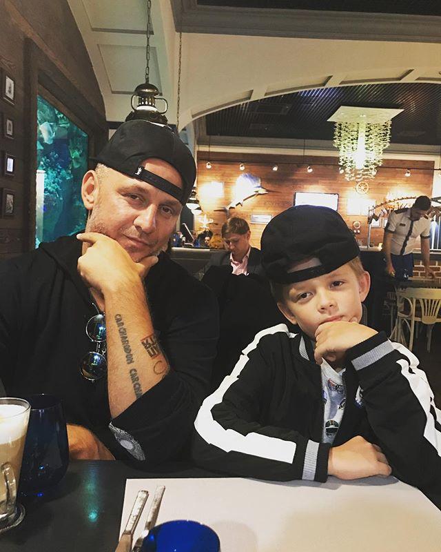 Как 2 близнеца: Потап поделился стильным фото с сыном