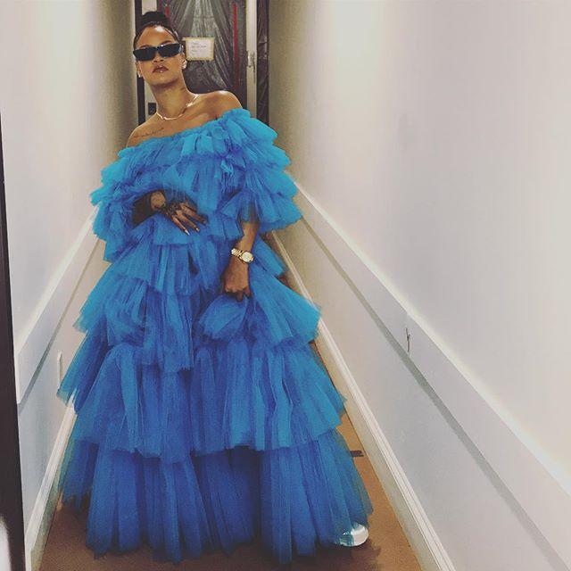Наряд, который невозможно не заметить: Рианна взорвала сеть фото в огромном платье