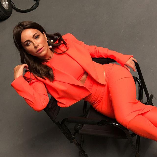 Стильно и эффектно: Ани Лорак блистает в ультраярком костюме