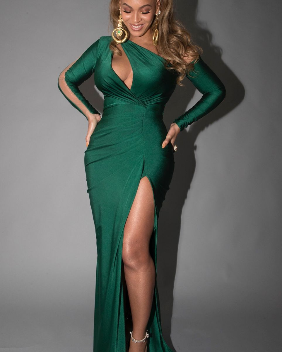 С шиком и блеском: Бейонсе похвасталась пышным бюстом в изумрудном платье