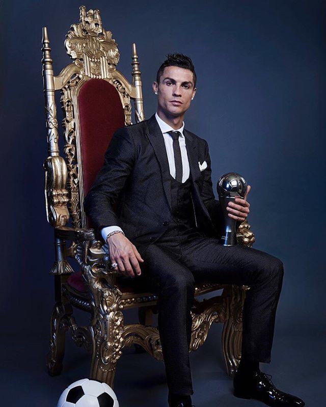 Приятно познакомиться, царь: Криштиану Роналду позирует на троне