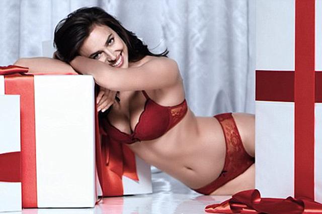 Пикантный подарок: Ирина Шейк разделась для новогодней рекламы