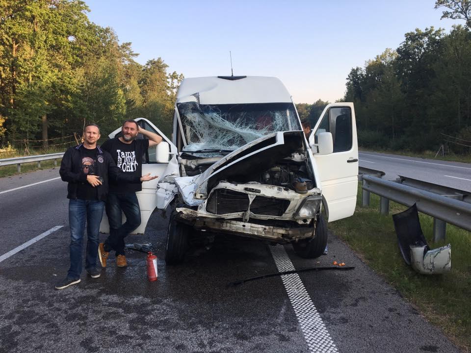 Участники группы ТНМК попали в аварию