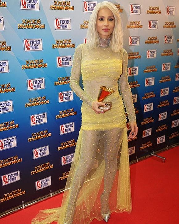 Белее белого волосы и прозрачное платье: Loboda появилась на публике в образе Дейнерис