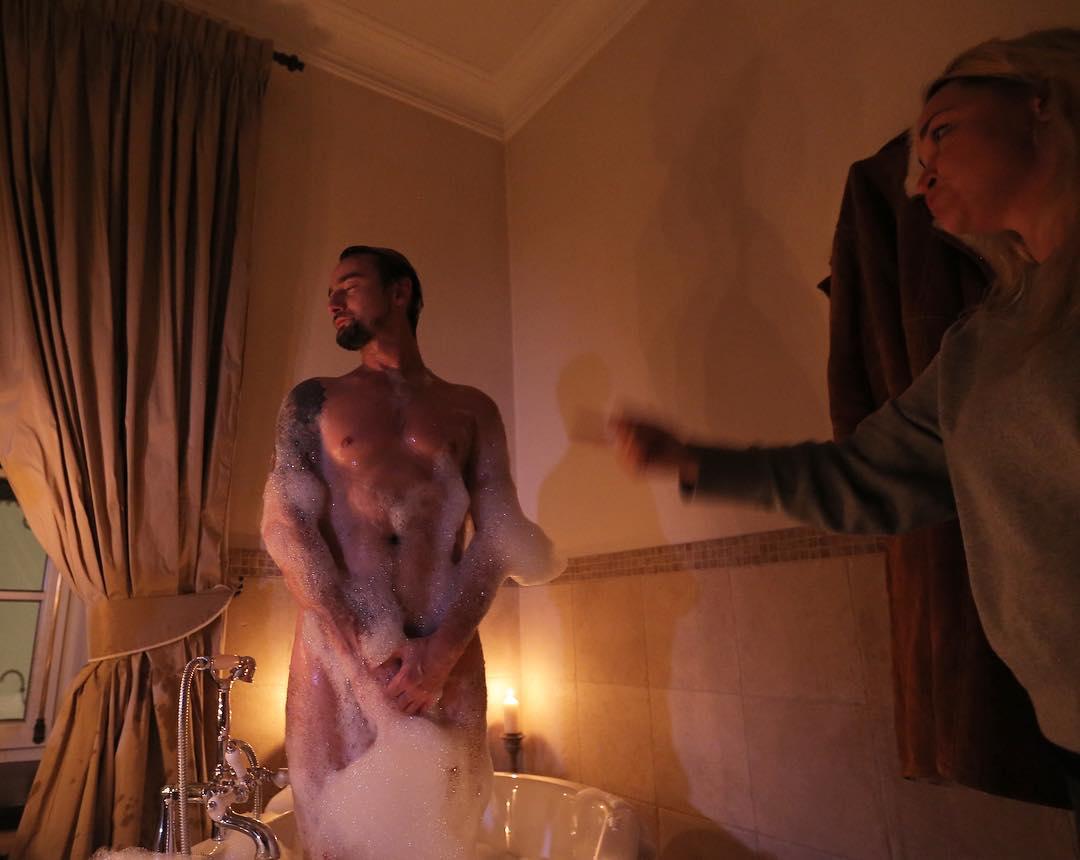 Алан Бадоев взбудоражил сеть голым фото в ванной