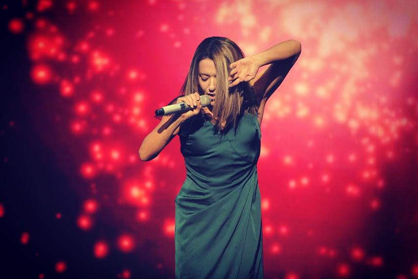 Наталья Могилевская подчеркнула стройную фигуру платьем-ночнушкой
