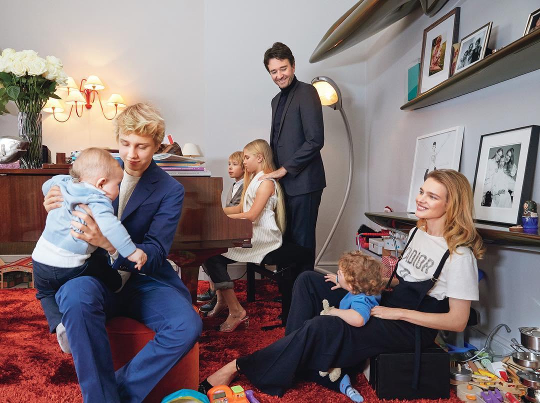 Все в сборе: Наталия Водянова опубликовала редкое фото с мужем и детьми