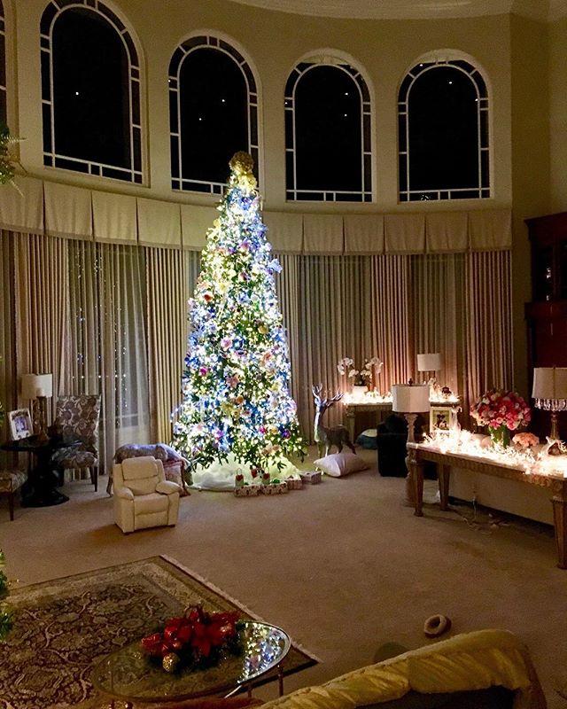 Пора праздников пришла: Бритни Спирс украсила дом к Рождеству