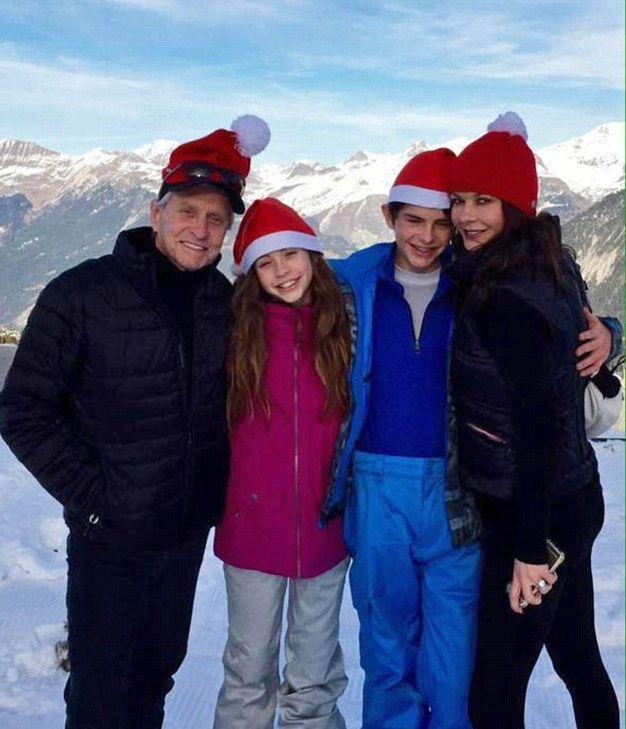 Кэтрин Зета-Джонс и Майкл Дуглас поделились семейными снимками