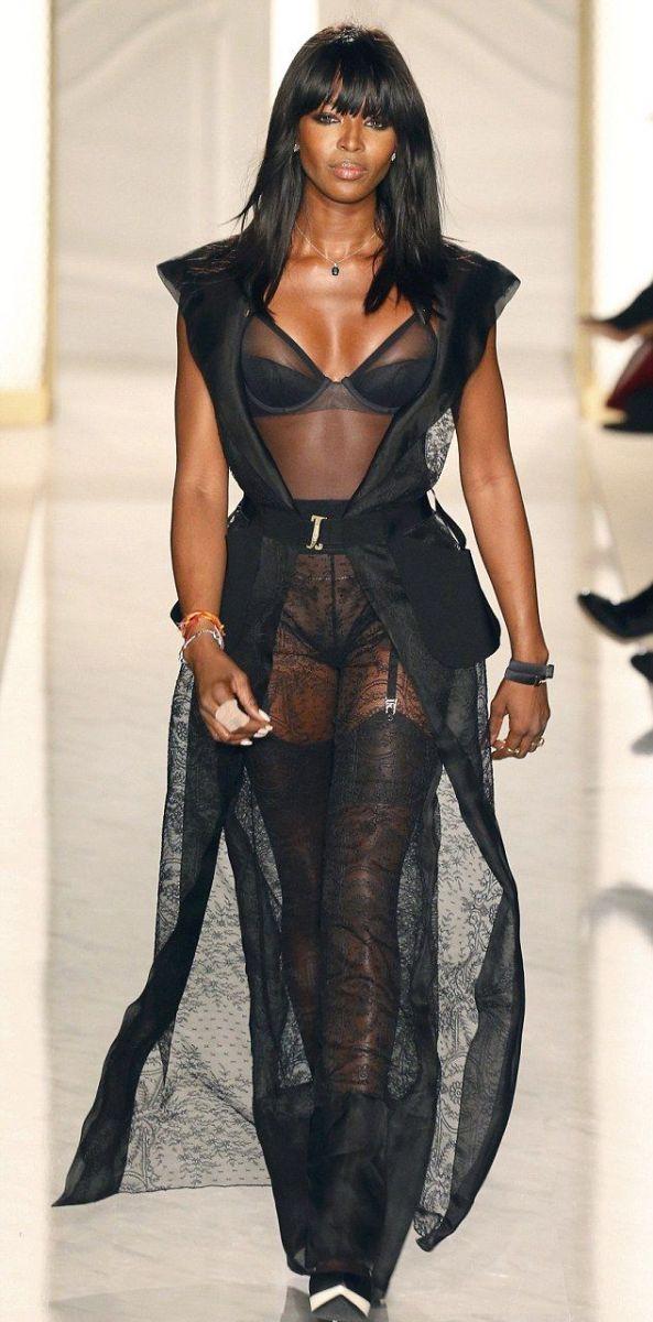 Сексуальная пантера: Наоми Кэмпбелл предстала перед публикой в нижнем белье