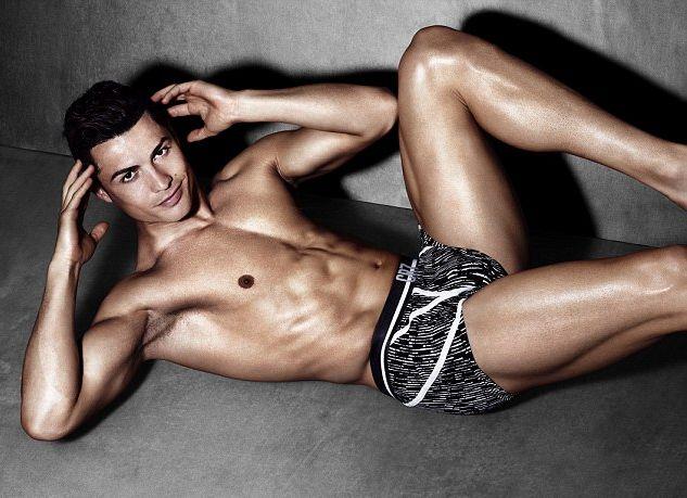 Свободный и счастливый: Криштиану Роналду в новой сексуальной фотосессии