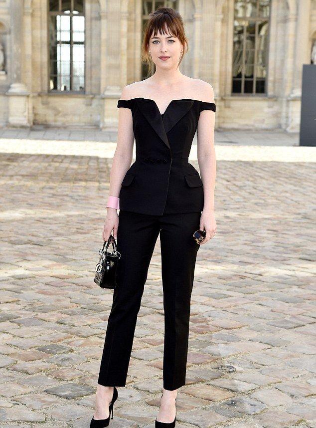 Гламурный шик: Дакота Джонсон оголила плечи в стильном наряде от Dior