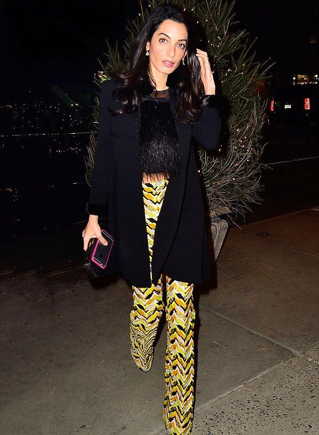 Долой классику: Амаль Клуни шокировала публику разноцветным нарядом