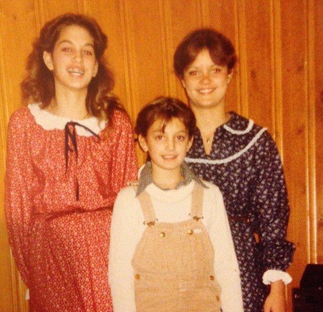 Со скобами и в самодельном платье: Синди Кроуфорд поделилась раритетным детским снимком