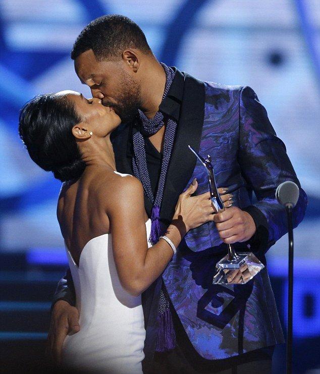 Уилл Смит страстно поцеловал супругу прямо на сцене