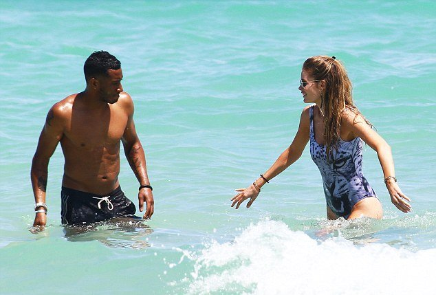 Даутцен Крус отметила годовщину встречи с любимым мужем на пляже