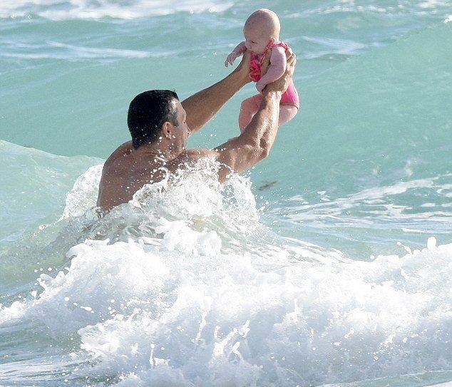 Владимир Кличко искупался с пятимесячной дочерью в океане