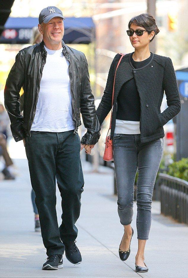 Молод и счастлив: Брюс Уиллис на романтической прогулке с супругой