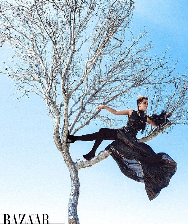 Эмилия Кларк блистает на обложке Harper's Bazaar