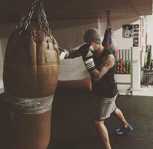 Настоящие мужчины: Дэвид и Бруклин Бекхэм боксируют в спортзале (Фото)