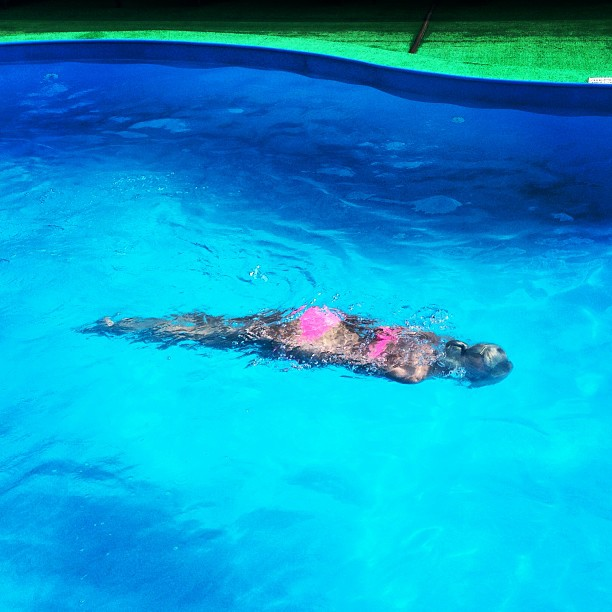 Красотка Ольга Бузова релаксирует в бассейне ева лонгория поправилась