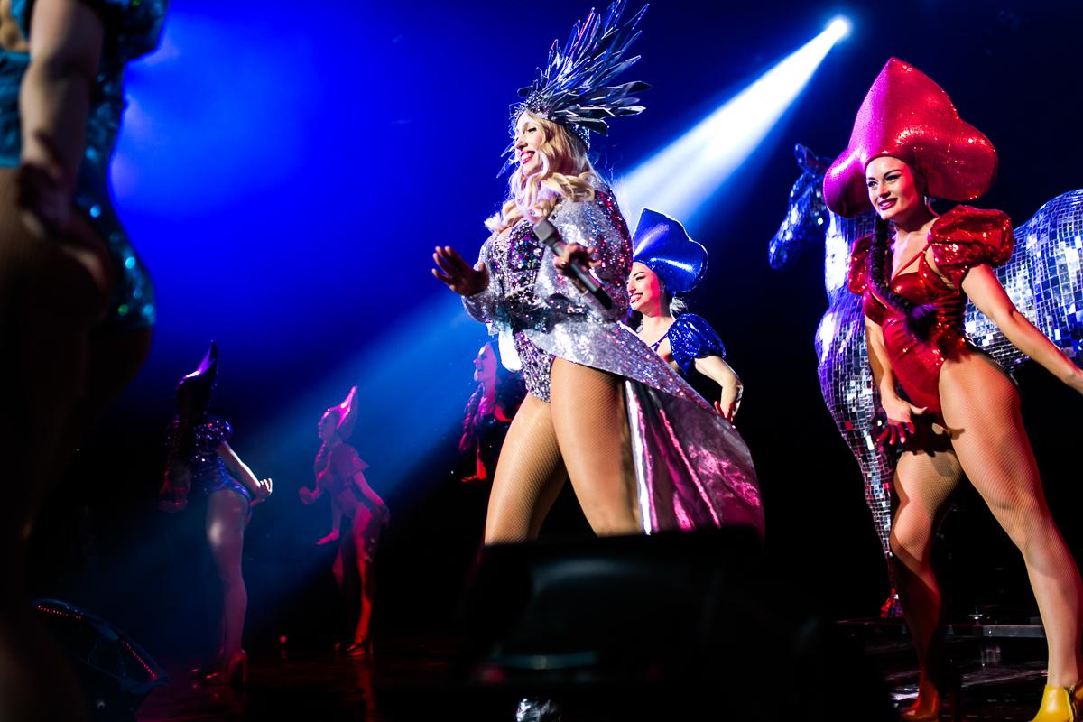 Оля Полякова в сексуальном боди и золотых ботфортах дала в Киеве концерт на бис