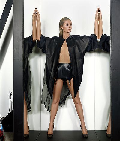 Голая правда: Пэрис Хилтон полностью разделась в новой фотосессии для глянца