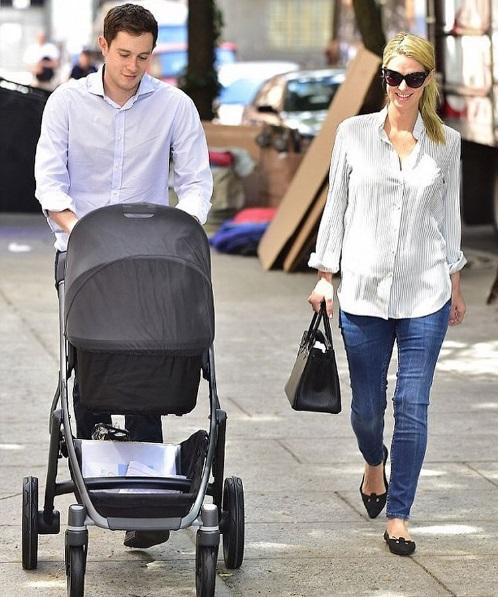 Ники Хилтон впервые после родов появилась на публике с мужем и новорожденной дочерью