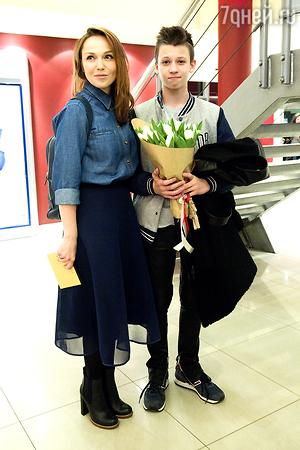 Жена Валерия Меладзе Альбина Джанабаева вышла в свет со старшим сыном